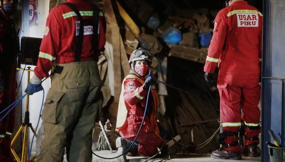 Desde la tarde del último lunes los rescatistas trabajan para sacar a Huerto Garrido, quien permaneció atrapado entre los escombros durante tres días. (Foto: Cesar Grados/@photo.gec)