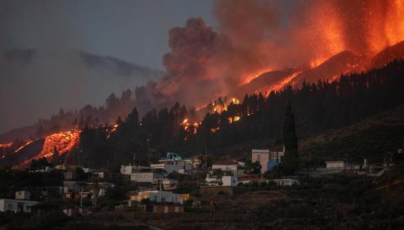 La erupción, la primera que se registra en esta isla en 50 años, forzó a casi 5.000 vecinos a dejar sus casas, desde que comenzó en la tarde del domingo. (Foto:  DESIREE MARTIN / AFP)