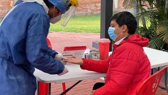 Agustín Lozano pasando su prueba de descarte para COVID-19-. (FPF)