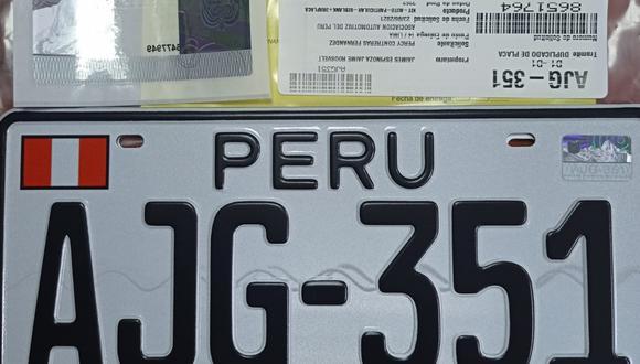 Esta es una de las 12 placas incautadas a los detenidos. (Foto: PNP)