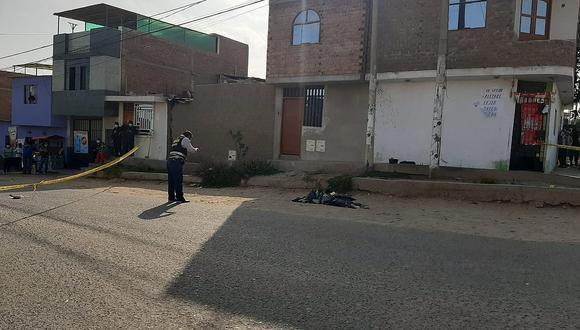 El infortunado intentó escapar del ataque, pero se desplomó en plena vía del distrito de La Esperanza, en Trujillo. (Foto: GEC)