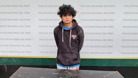 El detenido Wilmer Zambrano Tacuchi (22) y los dos cuchillos que la Policía le halló en su poder. (PNP)