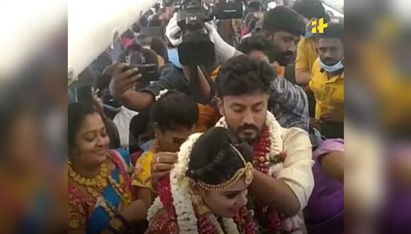 India: Pareja celebra boda en un avión lleno de invitados para evitar restricciones contra el coronavirus. (Foto: Indiatimes / YouTube)
