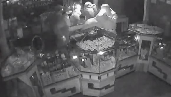 Cámaras de seguridad del negocio captaron segundo a segundo el robo de las alhajas de oro y diamantes. (Foto: captura de video)