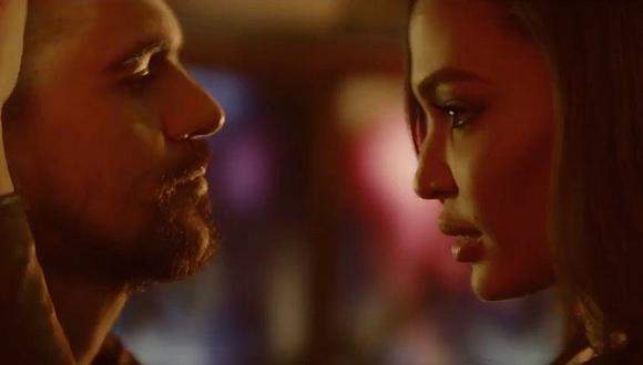"""Juanes enciende el """"Fuego"""" con video junto a ángel de Victoria Secret"""