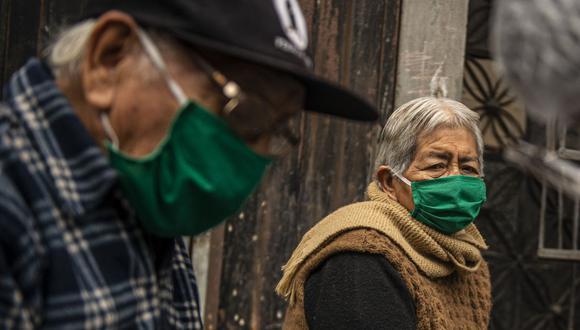 Ciudadanos mayores de 60 años del distrito de Santa Anita, Lima, protegiéndose por la pandemia (Foto: Ernesto BENAVIDES / AFP)
