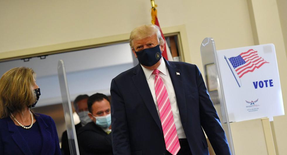 El presidente de los Estados Unidos, Donald Trump, se va después de emitir su voto en la Biblioteca Pública del Condado de Palm Beach, Florida. (AFP / MANDEL NGAN).