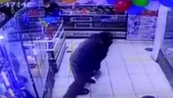 Agentes del Grupo Terna intervinieron cuando los delincuentes se encontraban dentro del negocio (Captura: América Noticias)