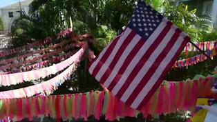 En una casa de Florida cuelga una cinta de color por cada muerto de COVID