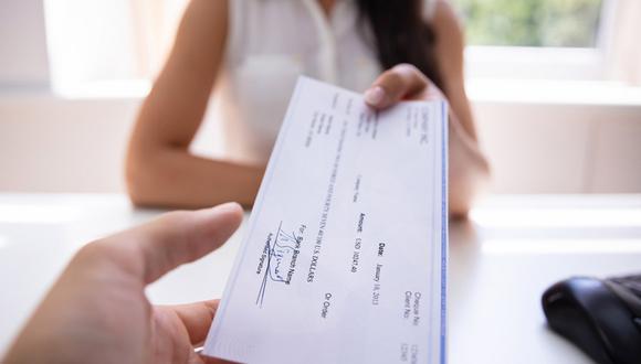 Aunque este hombre no sabía si recibiría algo por devolver un cheque de dos millones de pesos, lo hizo y recibió un inesperado premio (Foto: CTI)