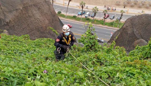 La mujer pudo ser puesta a buen recaudo por este rescatista de la Policía Nacional. (Foto: PNP)