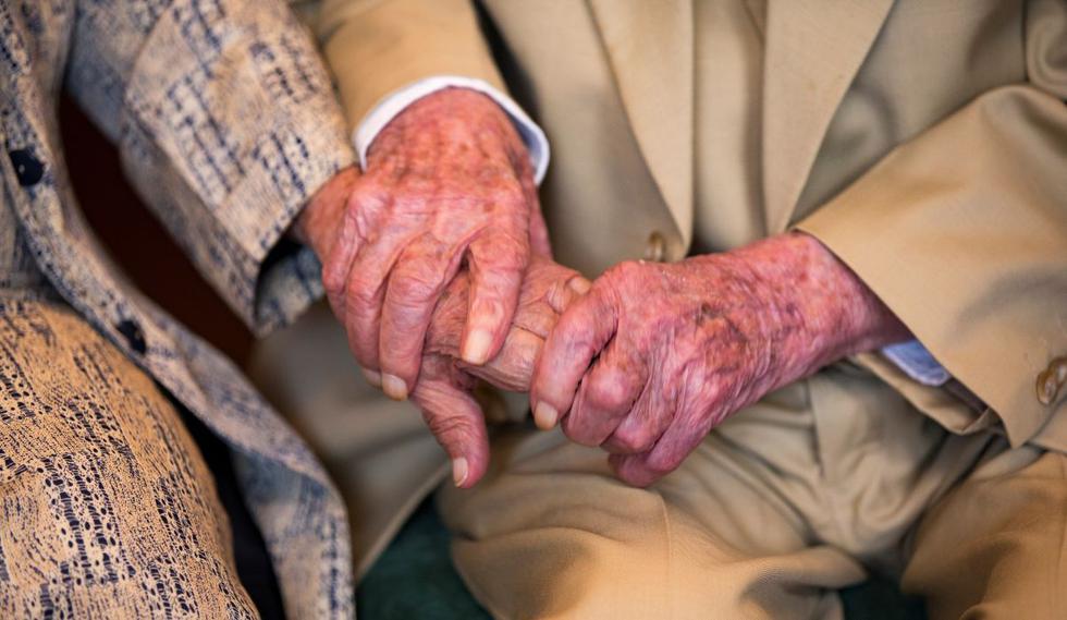 El ecuatoriano Julio César Mora Tapia, de 110 años, sostiene la mano de su esposa, Waldramina Maclovia Quinteros Reyes, de 104. (Foto: EFE/José Jácome)