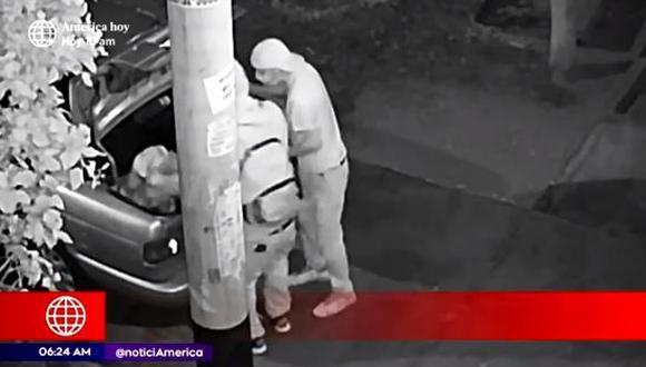 Los delincuentes se llevaron todo lo robado en un taxi. (Captura video América Noticias)