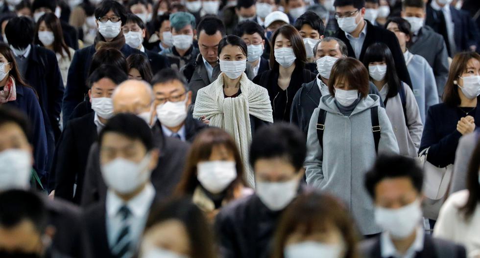 Japón ha registrado hasta hoy cerca de 13.000 personas infectadas, con unos 350 muertos. En la imagen se puede observar a decenas de personas usando mascarillas faciales en la estación de metro Shinagawa durante la hora pico. (Archivo/REUTERS/Kim Kyung- Hoon).