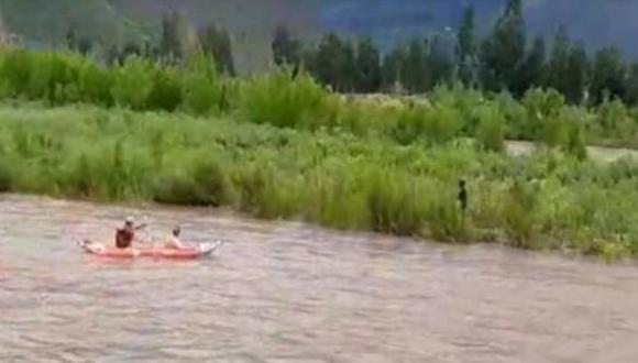 Uno de los habitantes de la zona pudo apreciar como las intensas corrientes de agua estaban arrastrando a una persona y de inmediato llamó a la policía para que lo puedan rescatar (PNP).