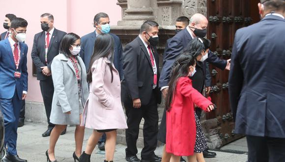 Llegada de la familia presidencial a la Cancillería. Foto: @photo.gec