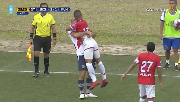 Adrián Zela y Juan Morales se dan abrazo amoroso ¿y beso? en partido (VIDEO)