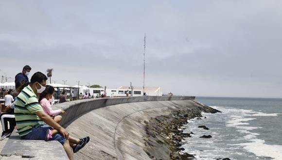 El decano del Colegio Médico del Perú explicó que las playas son lugares abiertos en los que las probabilidades de contagio son bajas y que es preferible que las personas asistan a ellas antes que ha espacios cerrados como centros comerciales. Fotos: Jessica Vicente / @photo.gec.