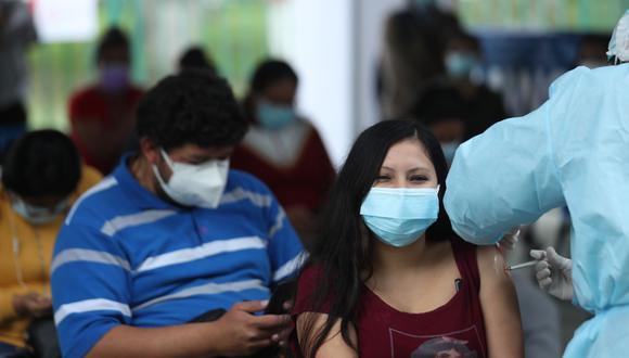 Continúa vacunación de jóvenes de 25 a más en 74 puntos de Lima, Callao y otras regiones. (Foto: Andina)