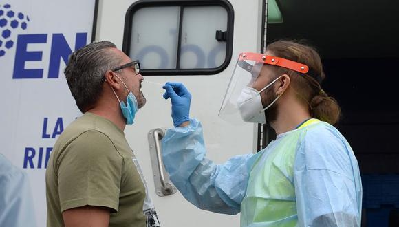 En España se reduce a diez días la cuarentena para los que hayan estado en contacto con algún contagiado. (Foto: CRISTINA QUICLER / AFP).