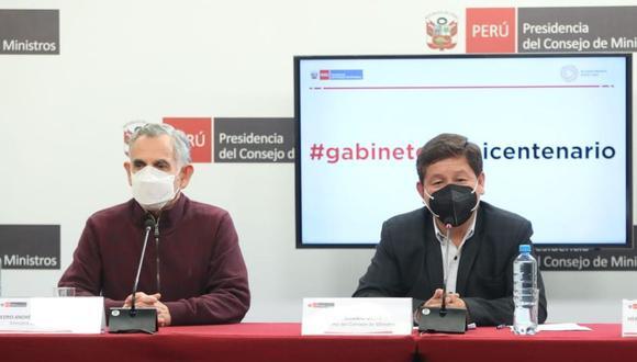 Guido Bellido, titular del Gabinete Ministerial, da conferencia de prensa este miércoles luego de haber mantenido su primera sesión en la sede de la PCM. Lo acompaña Pedro Francke, ministro de de Economía y Finanzas. (Foto: PCM)