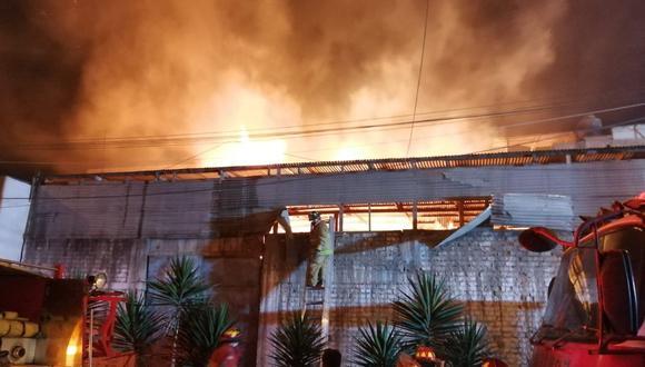 Un incendio se reportó en Los Olivos. (Foto: @COENPeru)