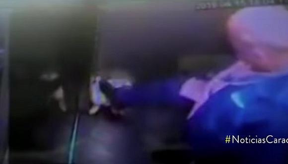 Cámara capta a funcionario golpear sin piedad a un perro dentro de ascensor (VIDEO)