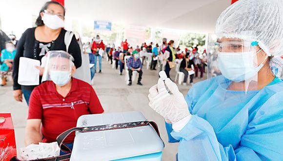 Salva vidas de los vacunados, pero el vacunado contagiará a otros igual que lo hace quien no está inmunizado.