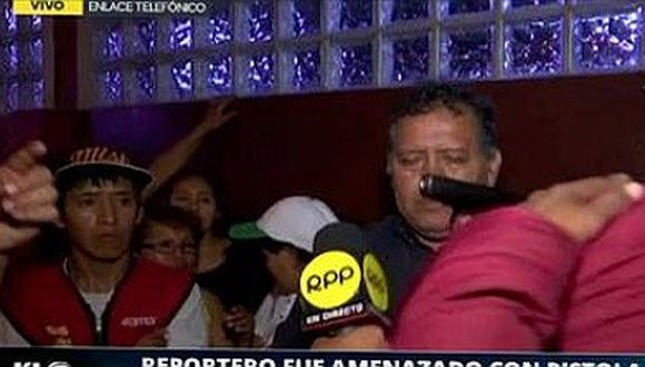 Periodista es apuntado con arma en pleno enlace microondas (VÍDEO)