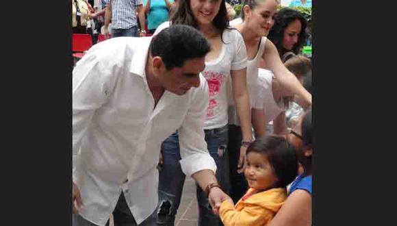 Carlos Álvarez mismo Papa Noel llevó alegría a pequeños del Hospital del NIño