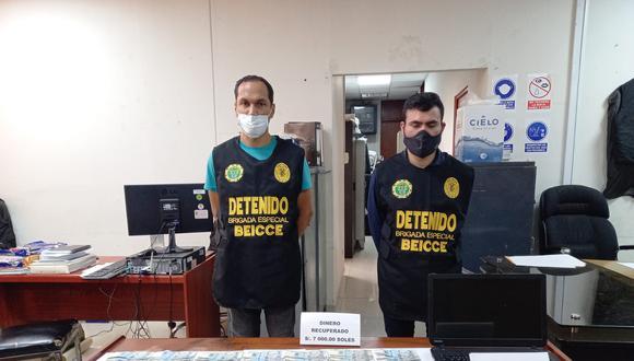 Los extranjeros detenidos con el dinero previamente fotocopiado que les entregó la víctima.