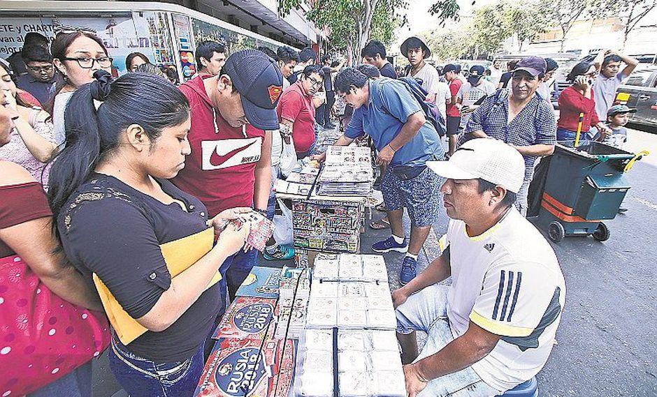 Vendedores se ríen de Indecopi y siguen ofreciendo el álbum Tres Reyes (FOTOS)