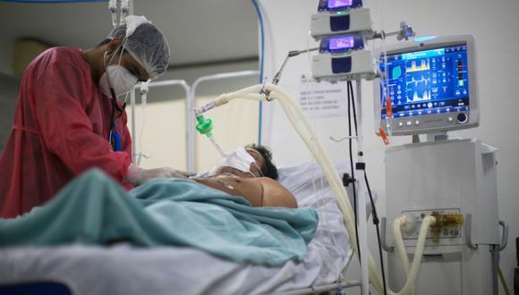 En los últimos 40 días, los fallecidos por el COVID-19 no han bajado de los 1.000 casos diario, según el ministerio de salud brasileño. (Foto: AFP)