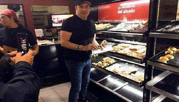 John Travolta sorprende a argentinos comprando en pastelería