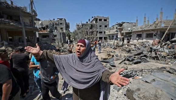 Un mujer palestina clama por ayuda tras un bombardeo de Israel en la zona civil de la Franja de Gaza.