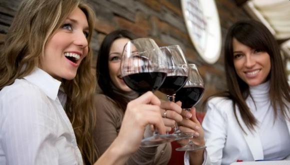 Tomar una copa de vino es la clave para lucir más atractivo