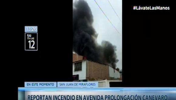 Fuego arrasó con parte de una vivienda en San Juan de Miraflores. (Captura de video)