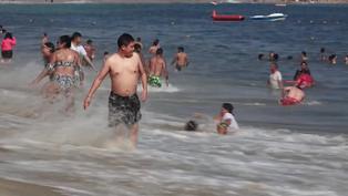 México: bañistas se aglomeraron en playas de Acapulco pese a alerta de tercera ola