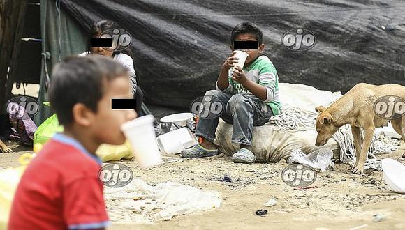 ¡Alarma sanitaria! Niños y ancianos comen rodeados de barro y basura tras huaicos (FOTOS)