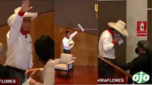 Pedro Castillo quiso salir rápidamente del auditorio y olvidó que se estaba llevando el micrófono