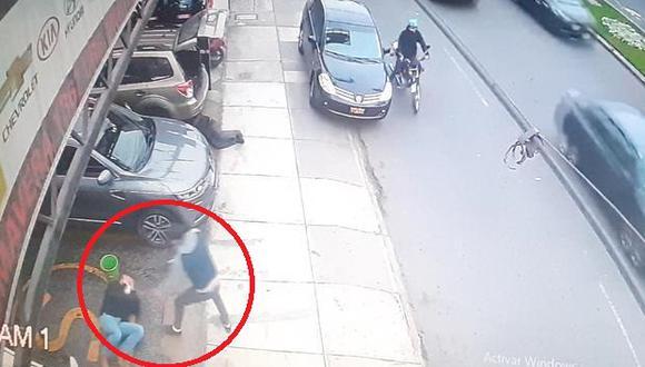 Un delincuente que se hacían pasar como repartidores de delivery, hirió a un coronel FAP (R) por oponerse al robo de su costoso reloj Rolex. (Foto: Captura de video)