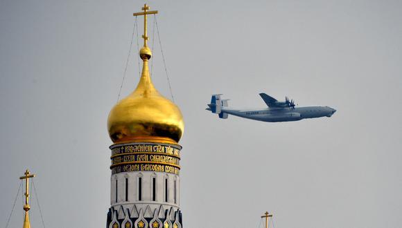 Imagen de un avión de transporte militar  Antonov An-22 ruso que sobrevuela las catedrales del Kremlin en Moscú. (Foto: YURI KADOBNOV / AFP)