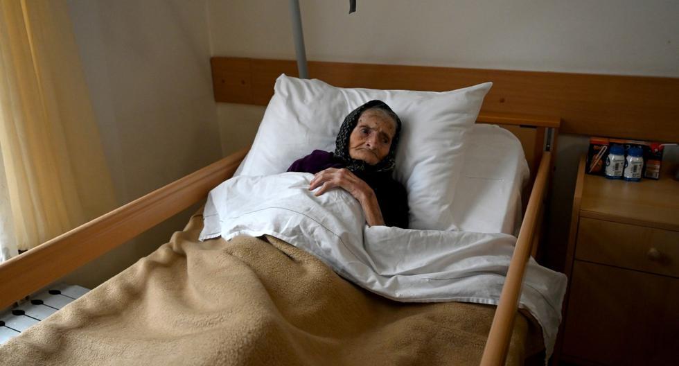 La croata Margareta Kranjcec, de 99 años, descansa en su cama en un hogar de ancianos en Karlovac, Croacia, el 3 de diciembre de 2020. (DENIS LOVROVIC / AFP).