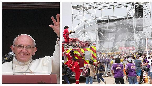 """Multitud de fieles son """"bañados"""" mientras esperan al papa Francisco (FOTOS)"""