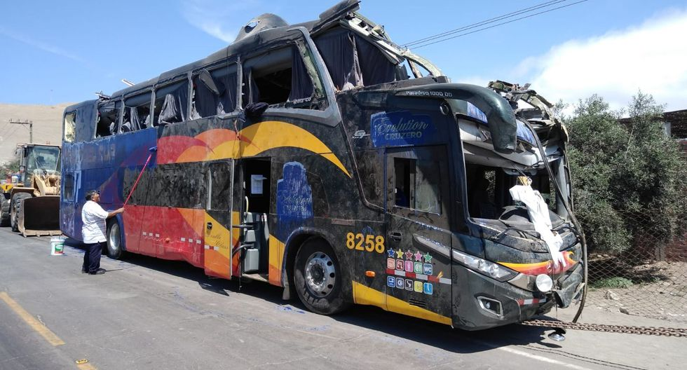 Así quedó el bus de la empresa Cruz del Sur tras el accidente ocurrido en Arequipa. (GEC)