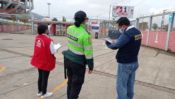 Huancayo: Ilich López fue multado por no quitar su panel publicitario cerca al estadio Huancayo, lugar que se usa como local de votación. (Foto: Difusión)