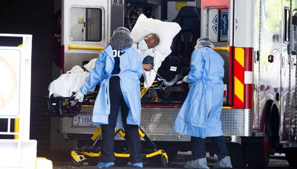Los técnicos de emergencias médicas transportan a un paciente desde una ambulancia al llegar a la bahía de emergencias del Hospital Universitario George Washington en Washington. (EFE/MICHAEL REYNOLDS).