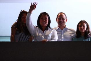 Keiko Fujimori realiza balconazo junto a su familia y espera pasar a la segunda vuelta electoral