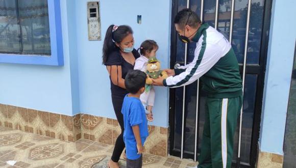 La joven madre no contaba con el dinero suficiente para la operación de su menor hija, los pasajes y las medicinas. Por fortuna, los efectivos policiales lograron ayudarla económicamente para cubrir estos gastos (Foto: PNP)