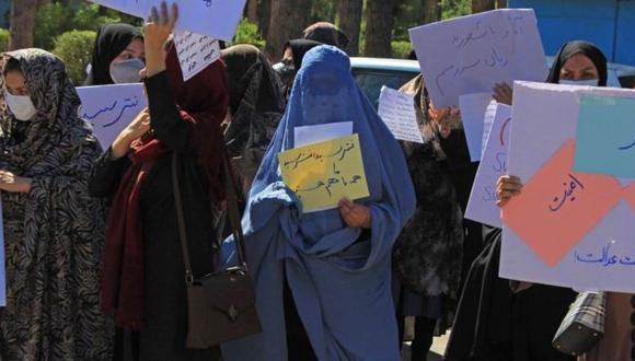 Los talibán anunciaron un gobierno que incumple las promesas de diversidad e inclusión y las mujeres que protestan son reprimidas.